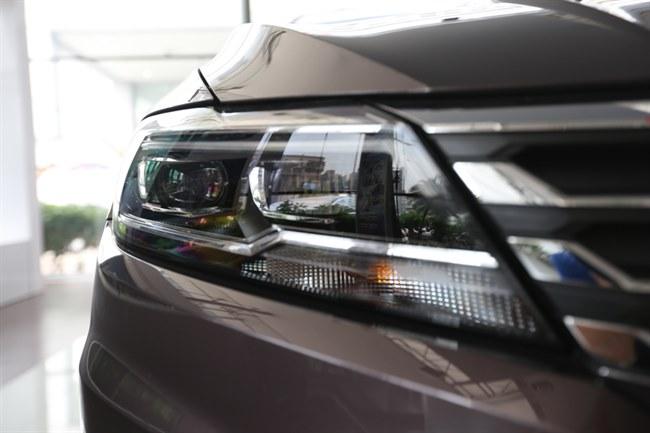 前大灯造型更加精致,高配车型会采用led近光和远光灯,辅以led光带式
