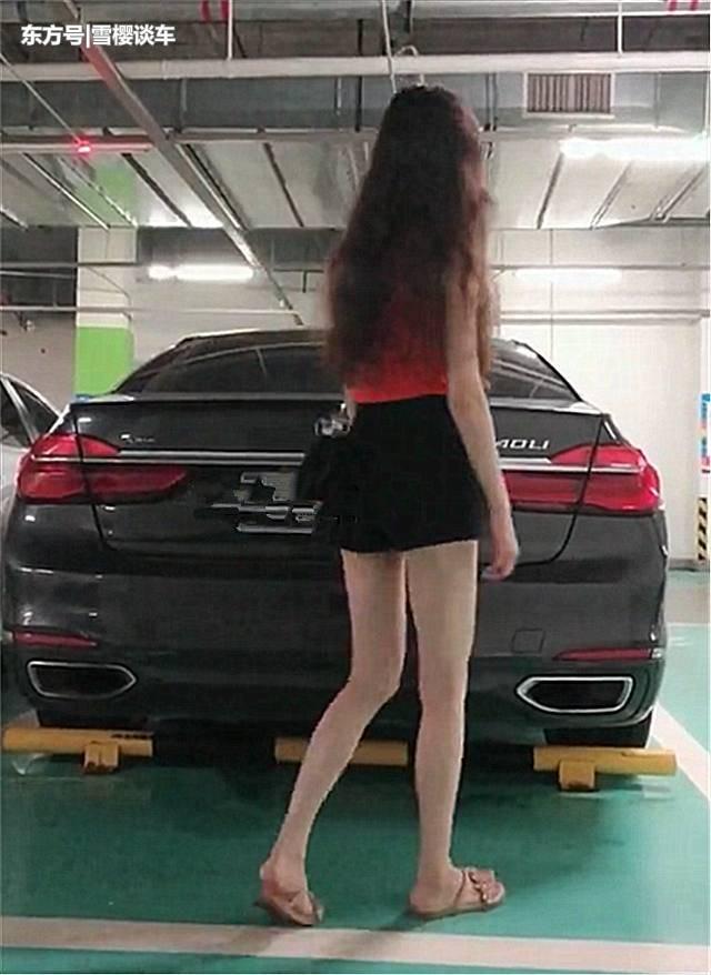 """妙龄女子用""""一字马""""关宝马7系后备箱,网友看后称:大长腿"""