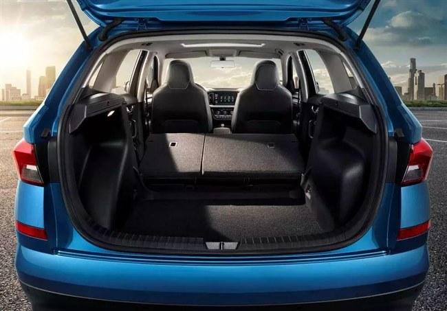 斯柯达全新SUV柯米克上市, 主打年轻市场, 时尚外观能否打动你的心?  目前国内SUV市场非常火热,许多厂商都非常重视这一领域的市场。作为进入中国市场时间并不长的斯柯达来说,更加迫切的用SUV车型来巩固自己的地位!6月27日,斯柯达SUV家族第三位成员KAMIQ柯米克上市。该车型定位年轻消费群体,年轻的造型、宽敞的空间、丰富的配置,是这款车的主要卖点。  首先,范儿先带大家看看柯米克的颜值,该车采用家族式水晶切割设计,一体扩展式前脸、充满张力的车身、雕塑感硬朗的尾部,诠释了年轻的个性魅力。为了彰显年轻个