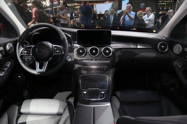 据海外媒体报道,奔驰新款C级已经在不来梅工厂下线,新车为这一代C级的中期改款,国产的新款车型此前在2018北京车展上发布,最大的变化是动力的升级,增加了48V微混动系统。海外版新车的下线,预示着国产的新款C级也将很快上市。  海外版新款C级下线  国产新款C300L 国产的新款C级与海外版变化差不多,前脸都做了细节上的调整。根据海外版车型的照片,新车下方进气口的造型还将提供两种不同的设计,其中运动版的两侧将增加导流翼片,而普通版的则采用贯穿式的进气口。新车的前大灯整体造型基本没变,内部结构有所调整,看着更