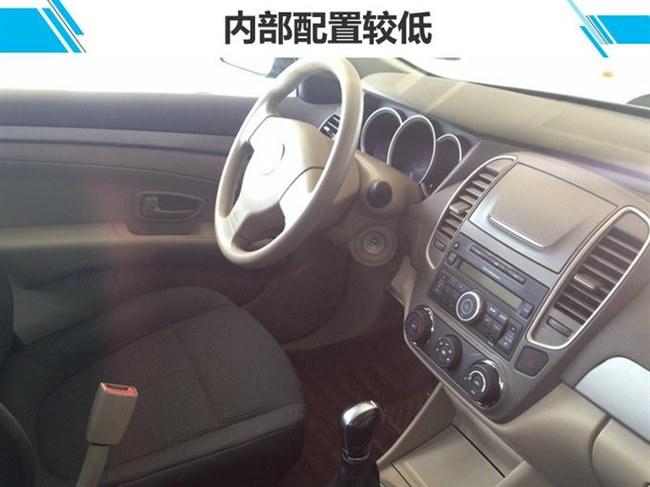 日产轩逸是大家非常熟悉的一款紧凑型轿车,在国内市场销售已有十余年。网上车市获得了一组东风俊风E11K实车图片。新车基于轩逸经典版版打造,外观上与轩逸经典版保持一致,换装东风LOGO,车尾两侧还贴有俊风和E11K标识。新车动力系统由燃油动力更改为纯电动驱动,续航里程310km。    动力方面,俊风E11K采用了三元锂离子电池,电动机最大功率100kW、峰值扭矩260Nm,电池容量49.