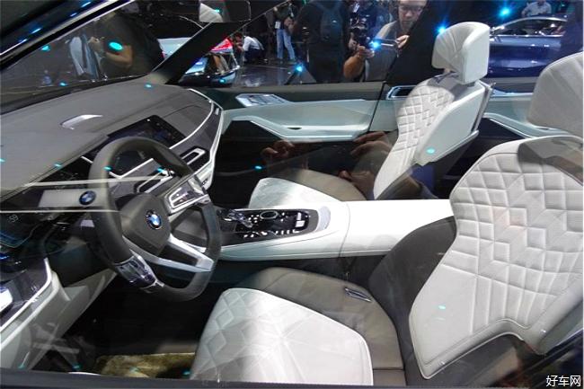 动力方面,宝马X7量产版将基于宝马CLAR平台打造,新车将会提供六缸和八缸汽油或柴油发动机供消费者选择。宝马X7概念车配备了一套燃料电池动力系统,其续航里程将大大超越当前的纯电动车,同时也能满足零排放的环保需求。未来该车还将推出一款与宝马740e iPerformance相同的、搭载2.