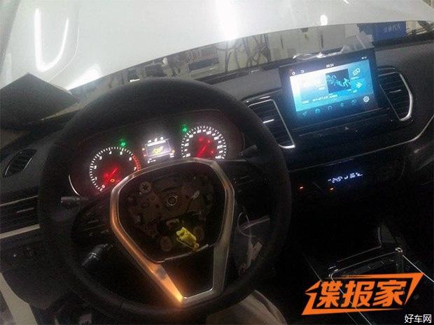 【好车网 国内新车】日前,有网友拍摄到了一组森雅R9的内饰谍照,作为一款定位将高于森雅R7的全新SUV车型。根据此前消息,其将于2018年5月正式上市销售。    根据此次曝光的内饰谍照来看,森雅R9的整体布局基本沿用了森雅R7的设计风格,例如三辐式多功能方向盘、仪表盘样式以及悬浮式中控屏样式等。值得注意的是,新车挡把区域采用了全新设计风格,整体更加时尚。此外,通过照片我们可以发现,该车后排并没有配备较为实用的空调出风口,不过也有可能该测试车辆为低配车型。   『此前曝光的森雅R9谍照(前后配备了量产灯组