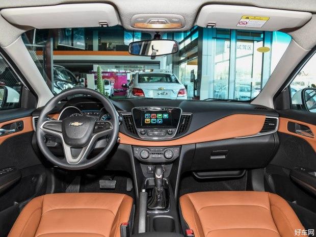 『配图为雪佛兰科沃兹320自动欣尚版』 此次上市的科沃兹325T在外观/内饰部分与在售车型基本保持一致,其最大的变化在于搭载了1.0T三缸发动机,其最大功率达到120马力、峰值扭矩为165牛米(1700-4400rpm)。传动方面匹配6速湿式双离合变速箱,官方公布其综合油耗为5.0L/km。