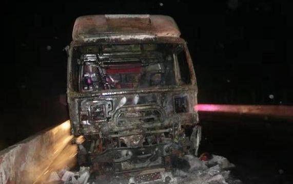 高速上车头自燃成空壳 只因车主做了这个