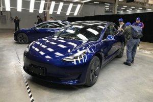 國產特斯拉Model 3實車亮相 中文尾標搶眼
