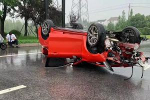 試駕事故?領克03車頭嚴重損毀發動機被撞掉