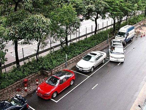 车主违停把车停路边发生事故也要承担三成责任